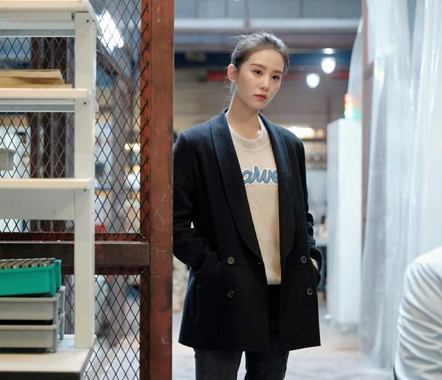 劉詩詩終於換造型瞭, 淺色襯衫搭配束腰長褲, 氣質也太颯瞭-圖9