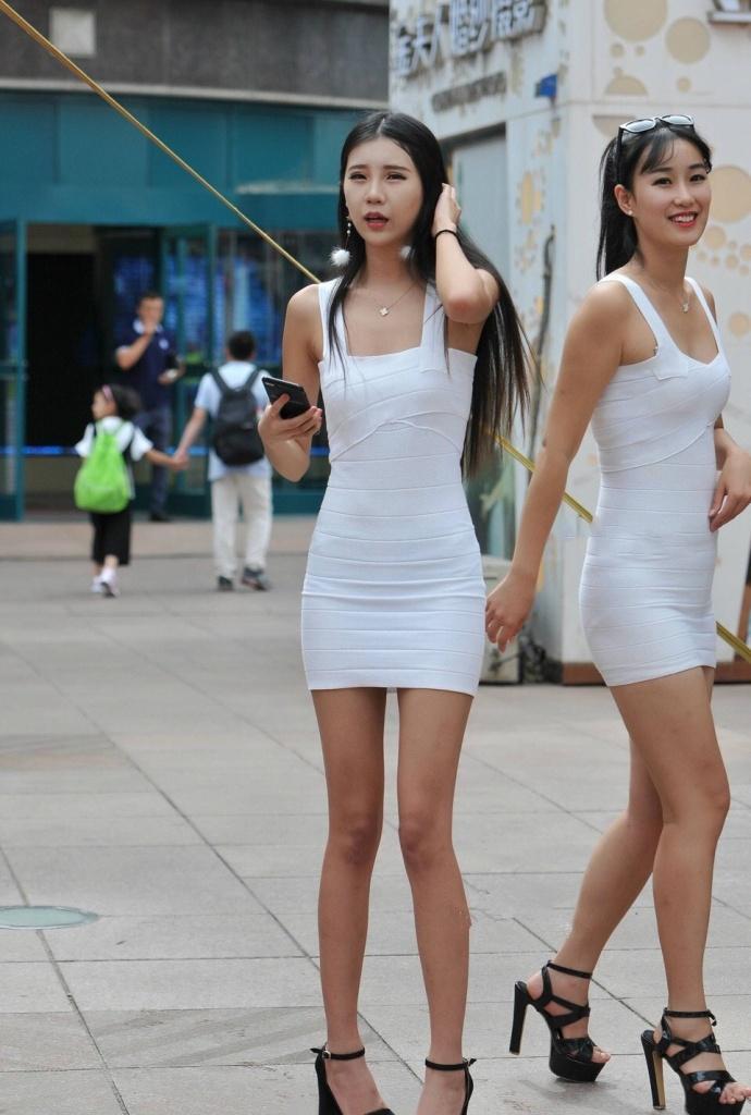 同样吊带包臀裙的美女模特们, 各有各的特点 2