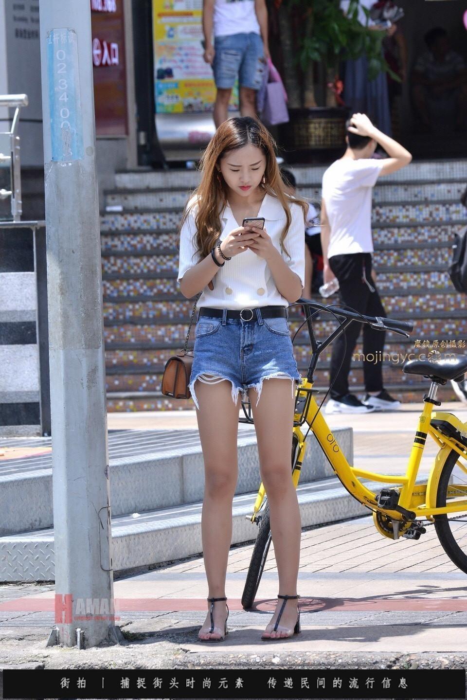 街拍: 美女的腿好直 眉眼处有点像唐嫣