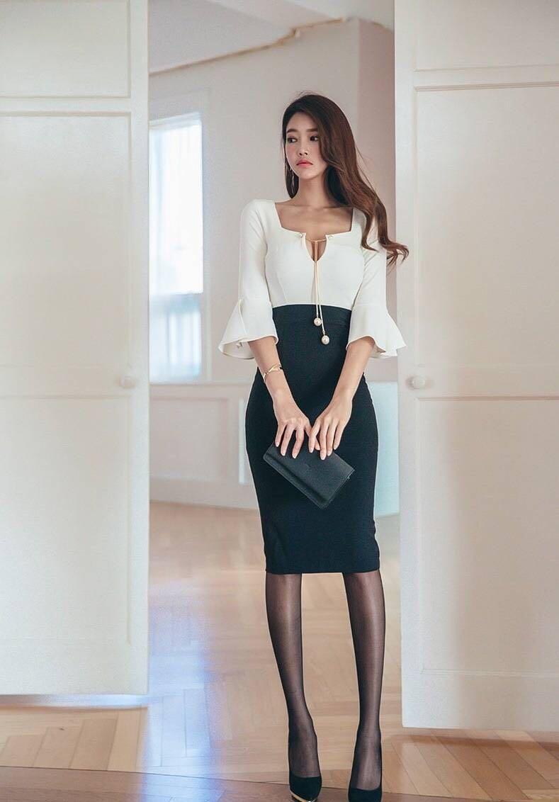 紧致包臀裙展现魅力女人味, 妹子的表情有点可爱