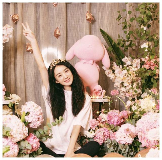 趙麗穎33歲生日, 頭戴小鹿皇冠美如公主, 客廳光腳丫拍照太可愛-圖3