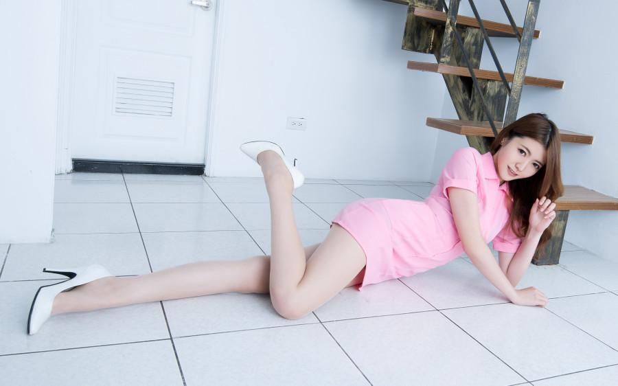 楼梯口的粉色短裙女孩, 光腿无丝袜也这么修长