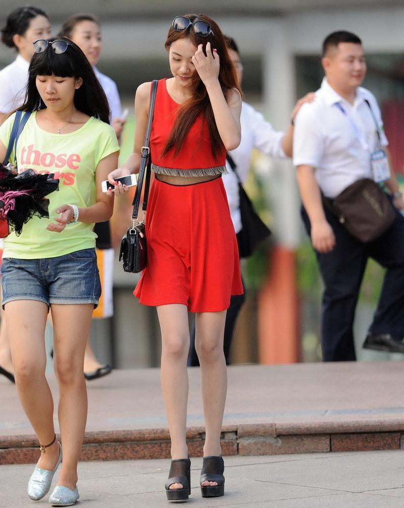 街拍: 红色短裙套装的美女, 身材皮肤都不错哦