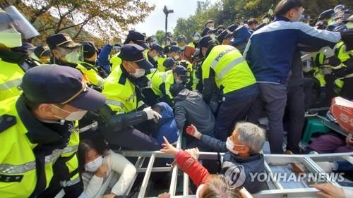 """韓軍向""""薩德""""基地運施工裝備遭抗議 居民高呼""""薩德撤, 和平來""""-圖1"""