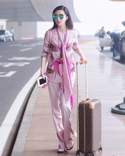 范冰冰一身粉色搭配丝巾现身机场, 网友: 真是嫩出新境界了! 3