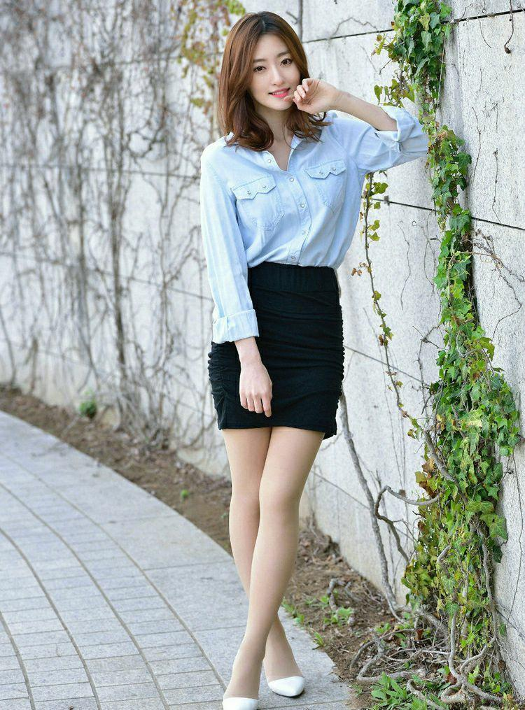 时尚短裙搭配很有女人味, 妩媚可人