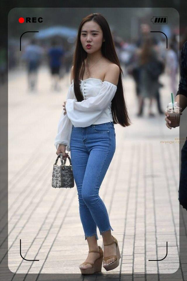 穿紧身牛仔裤的小姐姐, 秀出曼妙曲线, 身材玲珑迷人