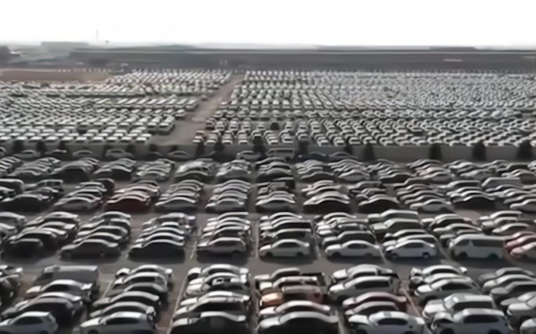 """迪拜有一個""""汽車墳場"""", 裡面豪車堆積如山, 報廢處理太可惜瞭-圖2"""