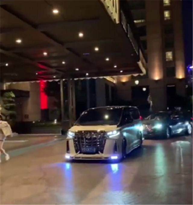 """某高檔酒店現""""滬上皇""""的座駕, 加價15萬的埃爾法, 車牌還是710-圖2"""