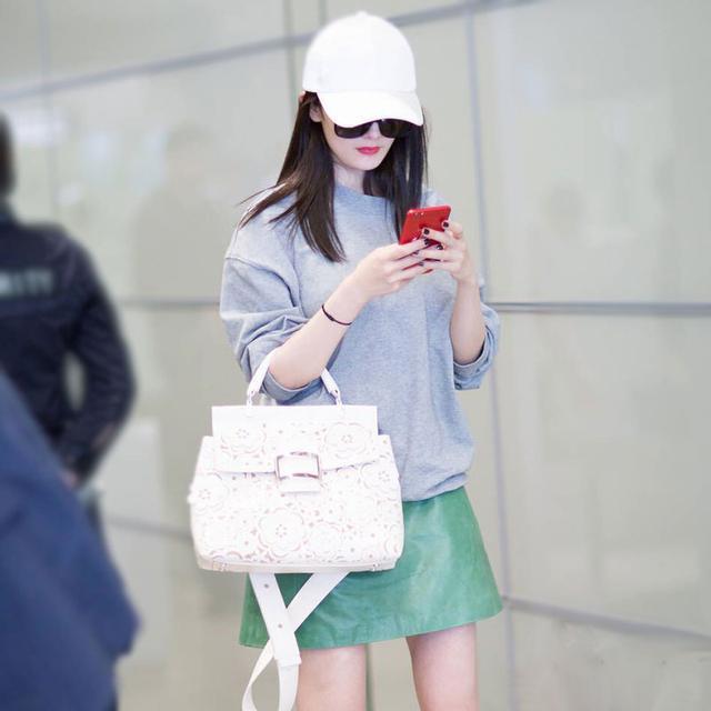 女人最好不要打底裤配大衣, 学学刘涛这样穿, 光背影就美翻了 12