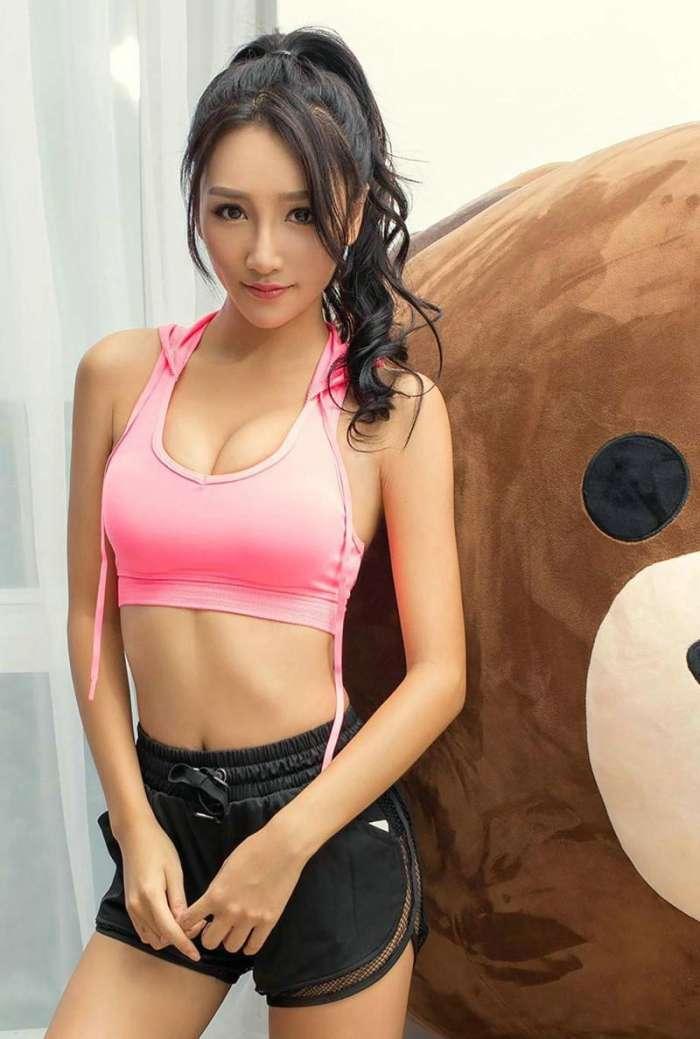 运动搭配紧身裤美女 展现曲线美