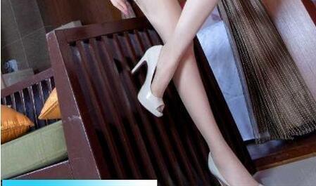白色丝袜搭配白色鱼嘴鞋, 修长的美腿亭亭玉立 5