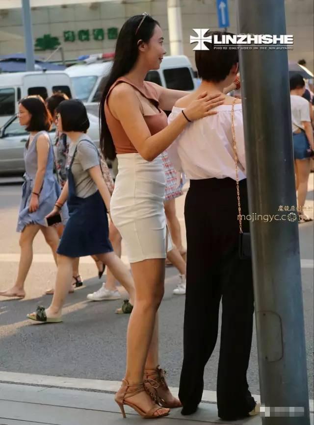 街拍: 侧露背心白裙美女, 颜值高身材好, 就是腿上的疤痕.....