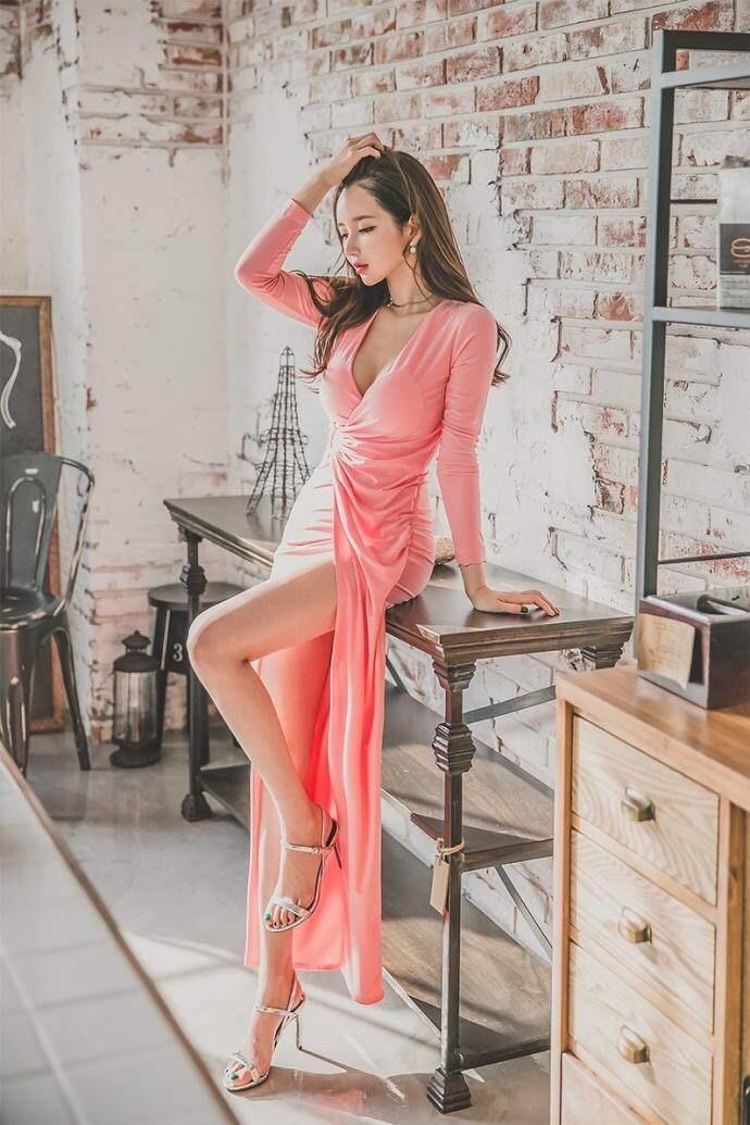 女生穿抹胸开叉包臀裙搭配, 秀出迷人的身材, 而且更有女人味