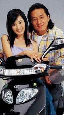 成龍17年前拍電動車廣告, 有誰註意到女配角? 如今火得一塌糊塗-圖3
