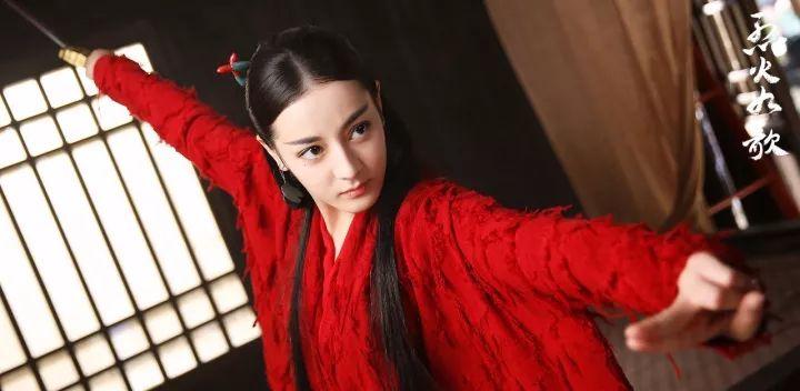 热巴的高颜值和红色最相配, 美得惊心动魄竟然还软萌可爱? !