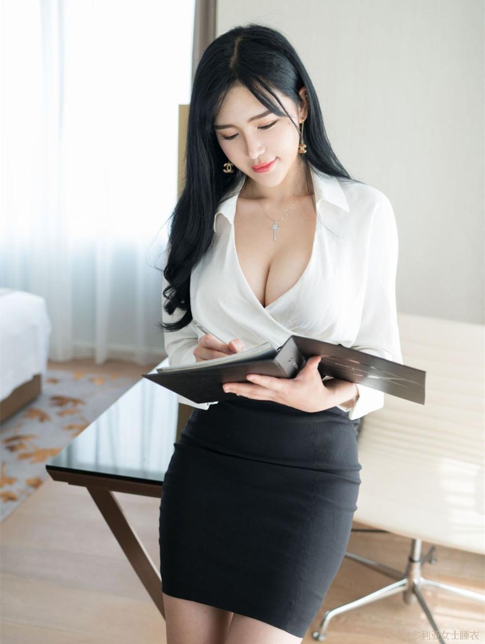 丰腴身材的女秘书穿高腰包臀裙尽显妩媚感, 老板特别赏识 5