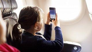 民航局将放宽电子设备禁令 乘客最快明年就能在飞机上玩手机了