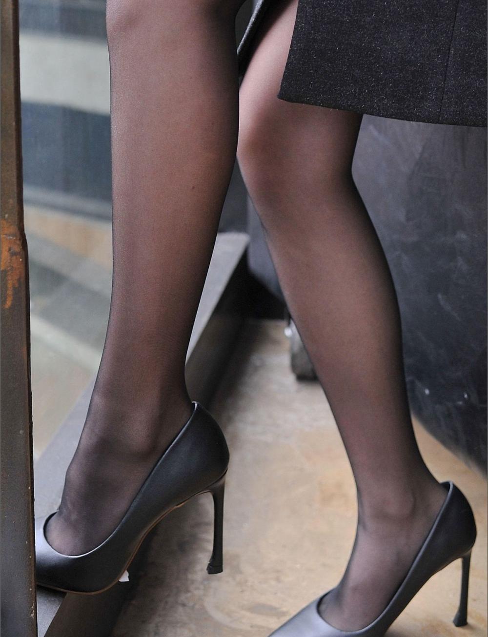 在秋季穿上丝袜和紧身裤, 才是诠释美丽的最好方式