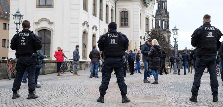 德國疫情持續嚴峻 多地示威者無視禁令上街抗議-圖1