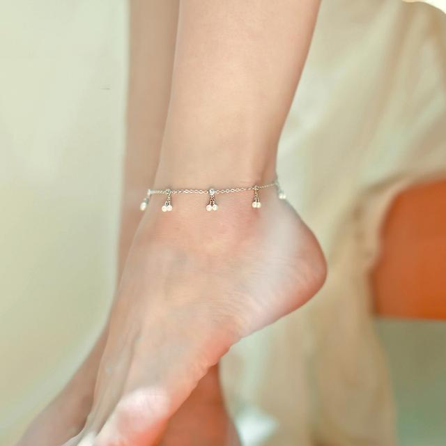 红绳搭配上天然的翡翠玉串制而成, 彰显出很好的气质, 在脚腕间 3