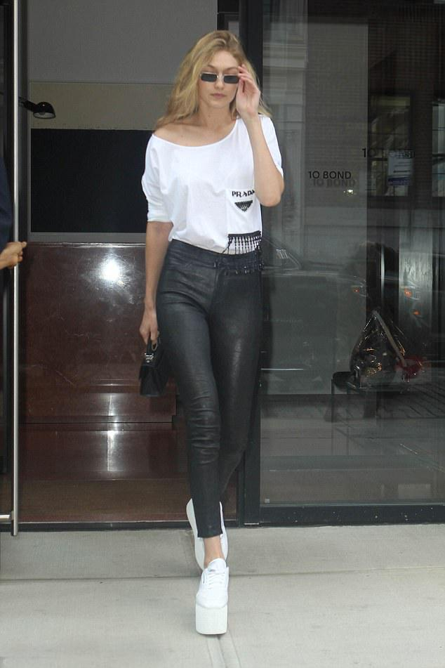 纽约22岁顶级模特, 穿着皮裤离开公寓漫步在街头!