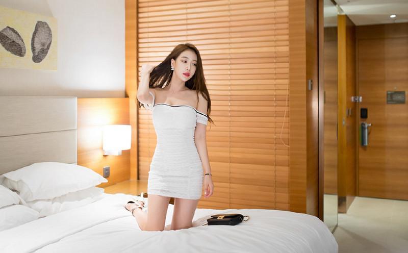 白色抹胸的包臀裙, 前凸后翘的苗条身材让人着迷 7