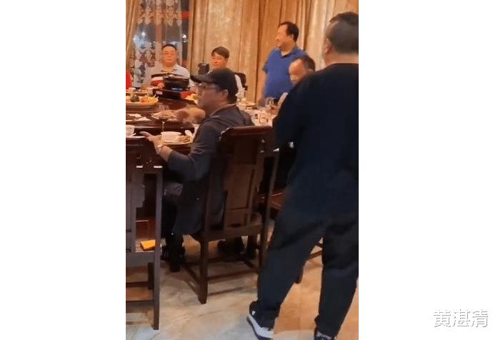 67歲的曾志偉和范偉等人吃飯, 居然還要給人敬酒, 對方什麼來頭-圖2