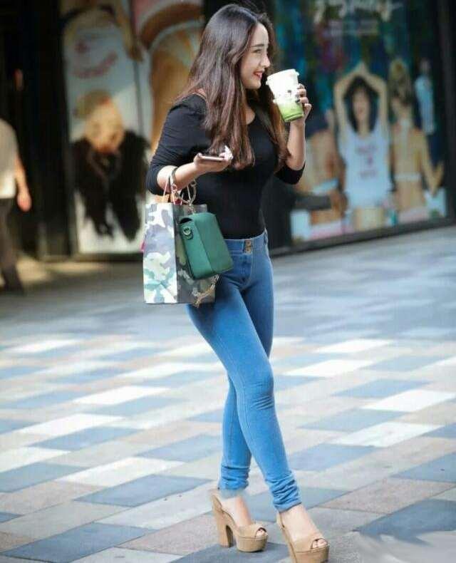 小姐姐身穿紧身的牛仔裤, 塑造出完美的身材 3