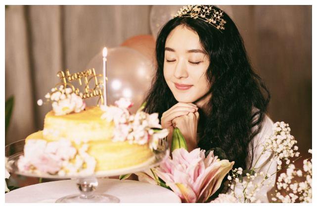 趙麗穎33歲生日, 頭戴小鹿皇冠美如公主, 客廳光腳丫拍照太可愛-圖5