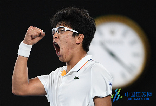 郑泫击败小德闯入澳网八强21岁韩国小伙为治眼疾打网球