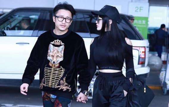 冉莹颖现身机场, 一件塑身上衣引热议, 网友: 要是撑破就尴尬了! 3