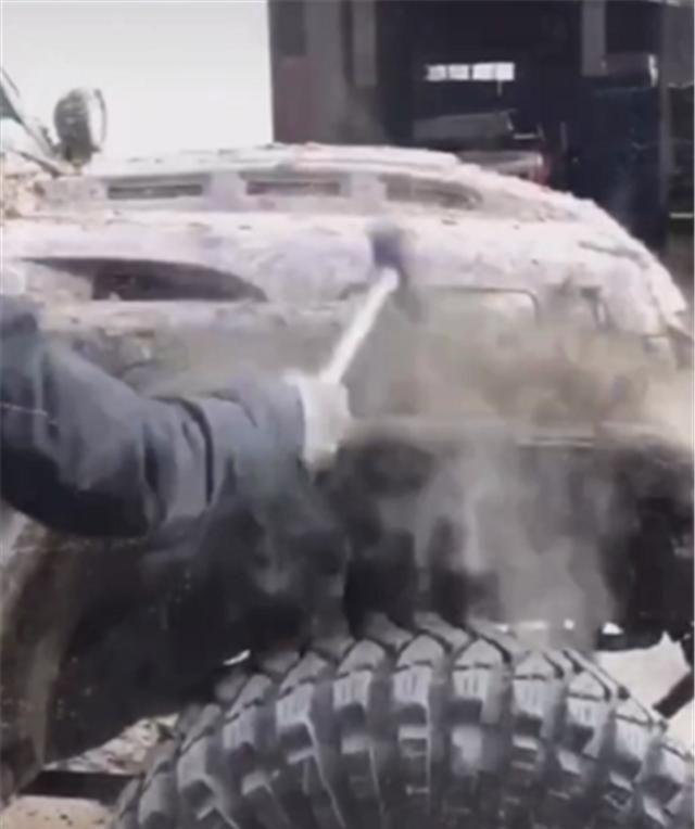 牧馬人越野回來, 全車滿泥濘, 洗車店不願洗, 車主隻能用鐵鍬清理-圖4