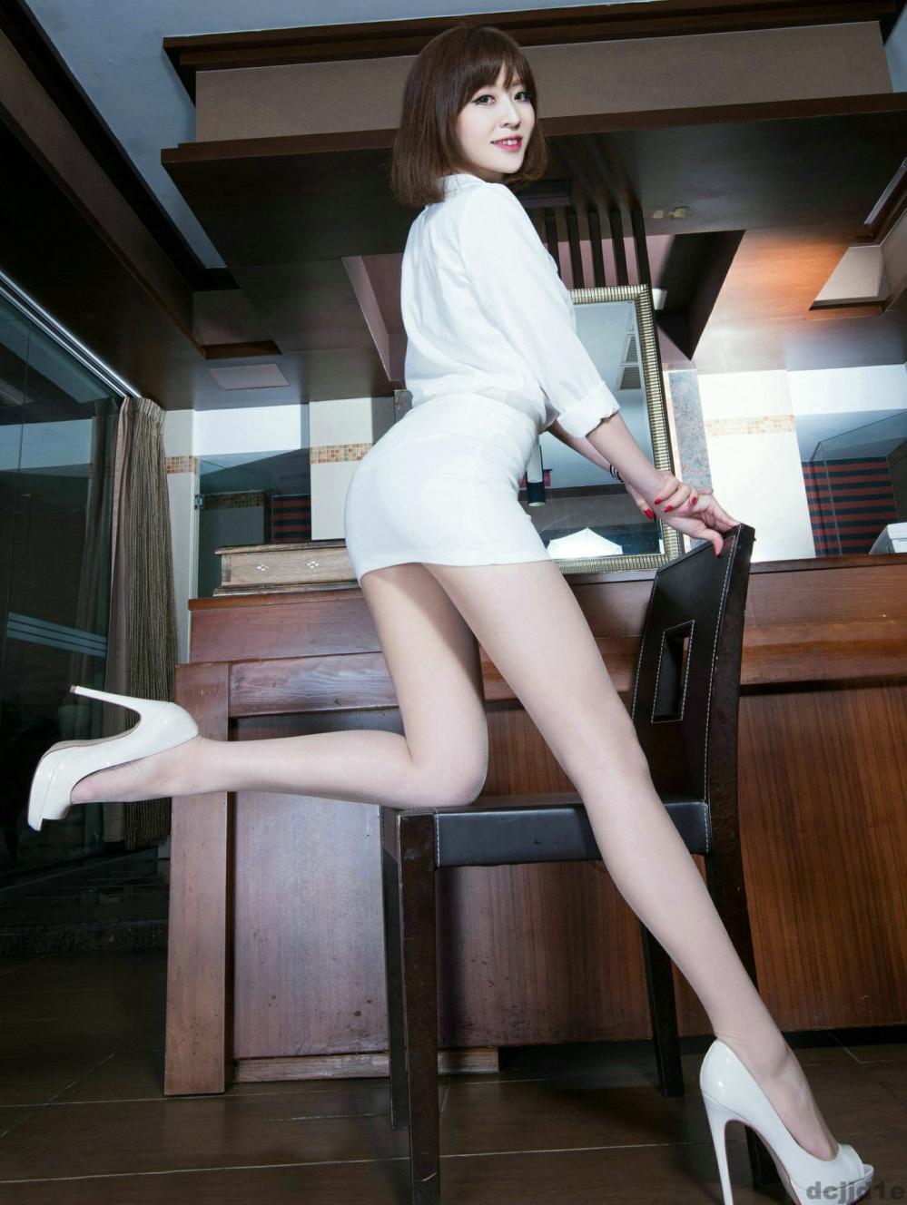 包臀裙修饰曼妙身材, 显俏美与众不同