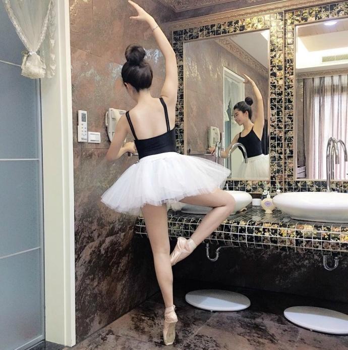 学舞蹈的妹子身材就是好, 穿抹胸裙美美嗒