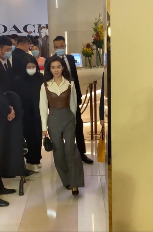 路人鏡頭下的劉詩詩, 白襯衫疊穿皮馬甲, 氣質優雅誰見瞭不喜歡-圖2