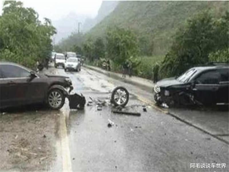 """""""公路坦克""""與漢蘭達相撞, 車損情況讓路人揪心, 這不對勁吧?-圖1"""