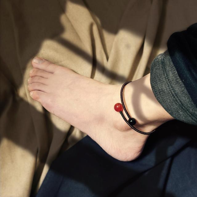 红绳搭配上天然的翡翠玉串制而成, 彰显出很好的气质, 在脚腕间
