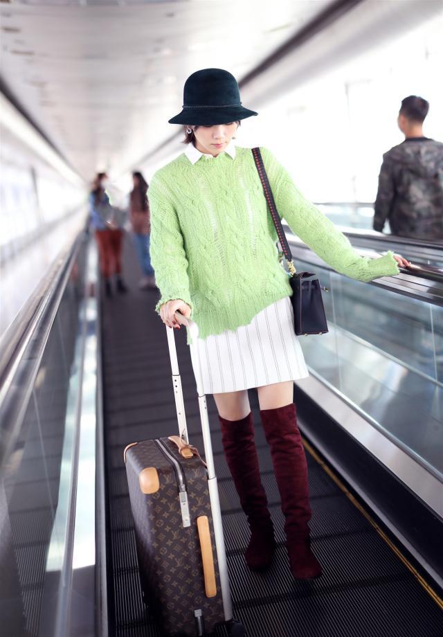 36歲曹曦文走機場, 身傢上億穿鏤空毛衣配半裙, 這位單親媽好時尚-圖7
