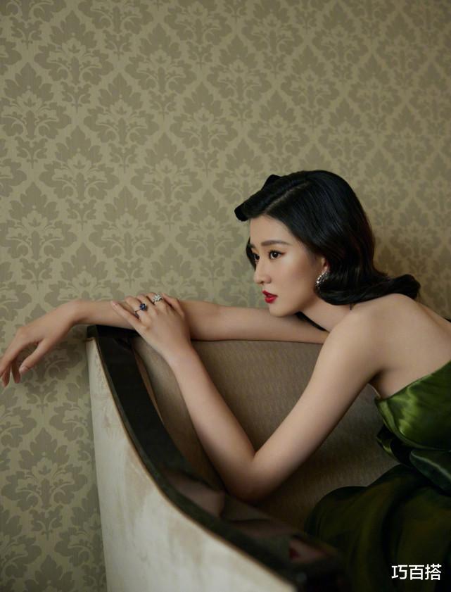 喬欣太美瞭!墨綠長裙復古有格調,變身80年代的港風少女-圖6
