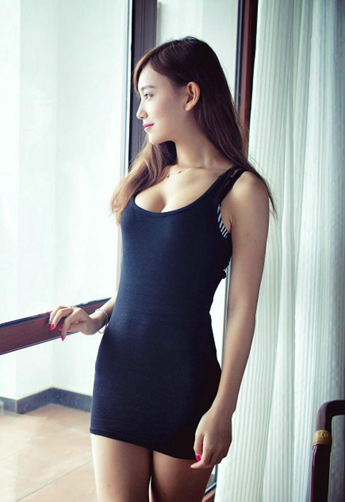 美女搭配黑色紧身连衣裙, 为自己的美丽增加魅力