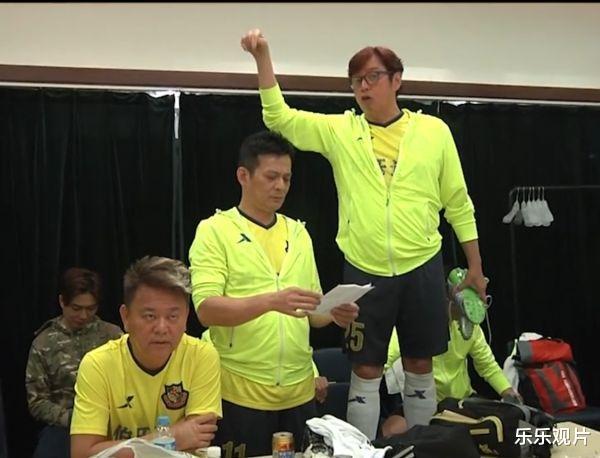 香港明星足球隊聚會: 譚詠麟站椅子上說話, 洪金寶和黃日華認真聽-圖2