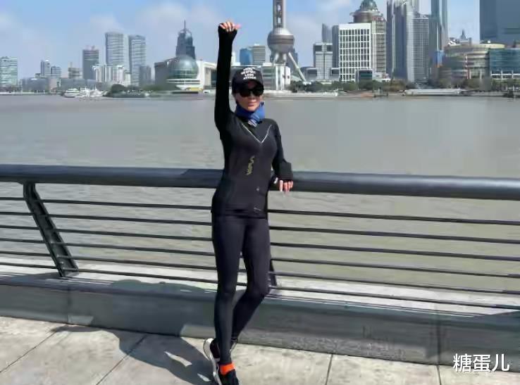 劉嘉玲曬騎車照, 55歲的素顏幹黃憔悴, 穿健身褲連臀型也不遮!-圖5