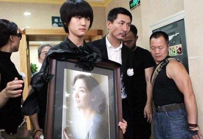 這位知名女星原來已逝世多年, 並非隱退, 葬禮上佟大為哭到暈厥-圖5