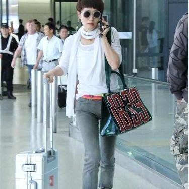 马伊琍现身机场, 身上的裤子洋气的要命, 仿佛看见了罗子君