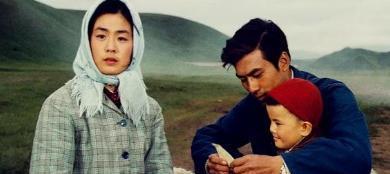 朱時茂26年前的春晚, 有誰註意他身旁的姑娘, 如今紅得一塌糊塗-圖1