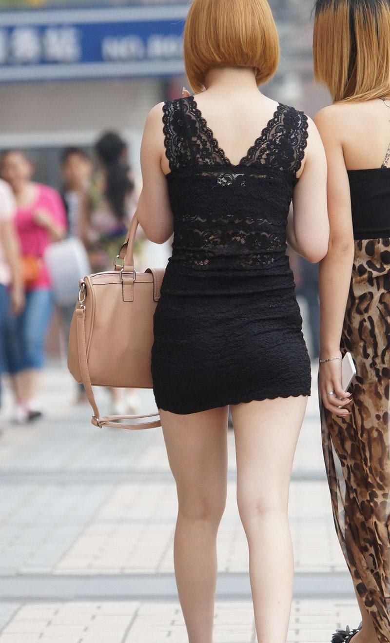 路人街拍, 穿蕾丝花边透视包臀裙的丰满小姐姐, 质地上佳手感没的说