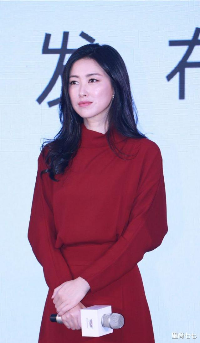 朱珠也太瘦瞭, 一襲紅裙同框周一圍現身活動, 蠻腰和頭基本同寬-圖4