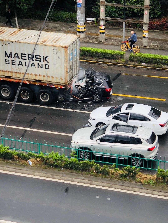 現場慘烈! 上海一輛哈弗H6越野車追尾大貨車, 司機直接被鏟頭-圖5