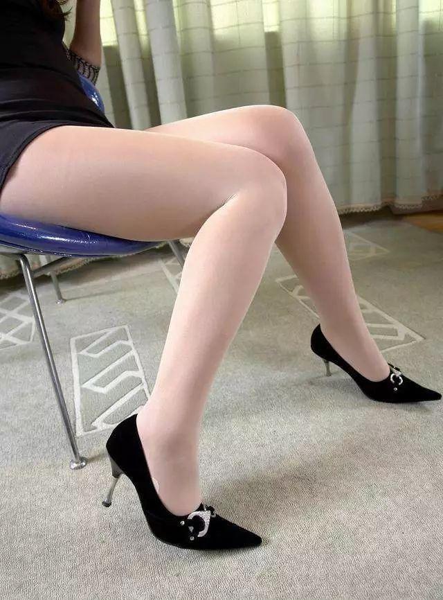 黑色包臀裙搭配肉丝高跟鞋 5